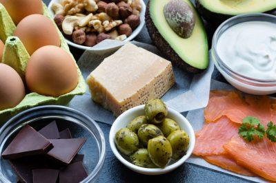 Keto Mythen: gesundes Fett in Form von Eiern, Parmesan, Nüssen, Oliven und Lachs bzw. Fisch
