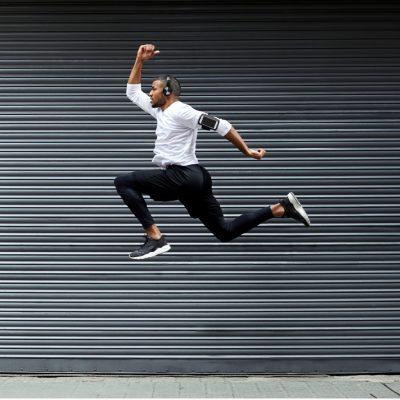 sportlicher junger Mann springt in die Luft, symbolisiert Aktivität und das Nutzen von Ketonkörpern als Energiequelle bei Keto
