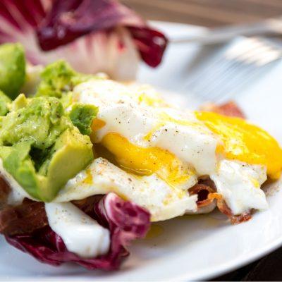 Kalorien bei Keto: fettreiche, ketogene Ernährung aus Ei, Avocado und Bacon