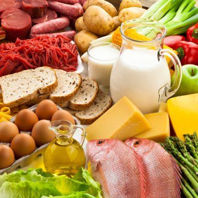 verschiedene Lebensmittel zeigen die Makronährstoffe auf, aus denen sich Kalorien zusammensetzen
