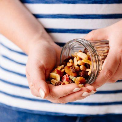 Zwischenmahlzeiten aus Nüssen oder getrockneten Früchten beim 5:2 Intervallfasten / ganztägiges Fasten