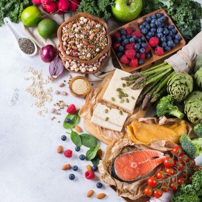 Keto beenden: gesunde Ernährung aus verschiedenen Lebensmitteln wie Käse, Fisch, Gemüse und Obst