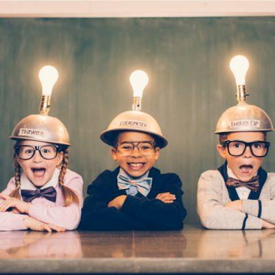 Kaffee beim Intervallfasten und die Effekte auf das Gehirn, drei schlaue Kinder mit Lampen auf dem Kopf
