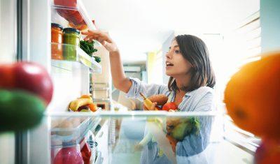 Gesundes Essen im Kühlschrank zum Gewicht halten